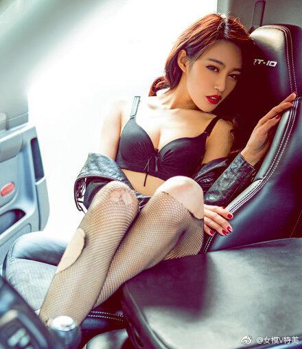 #美女# #车模# #美女图片#美车模爱上经典猛兽!