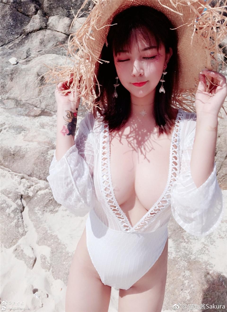 赞一把猫九酱2019.1.16微博:穿上白色镂空高叉开胸装晒太阳