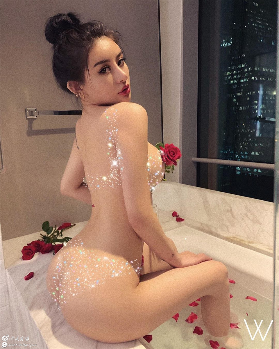 qiu_qqq2019.5.27Instagram:纹身人气网红全裸沐浴诱惑