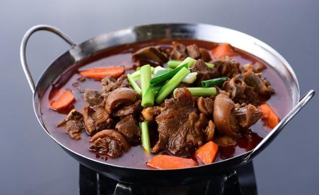 各种砂锅煲美食,香辣美味,尤其是粉丝煲、羊肉煲下饭超好吃