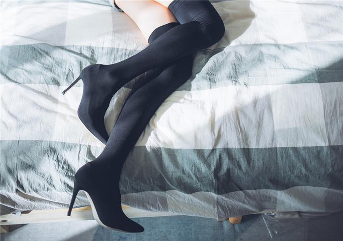 暖阳下露背装的黑丝小姐姐 清纯丝袜