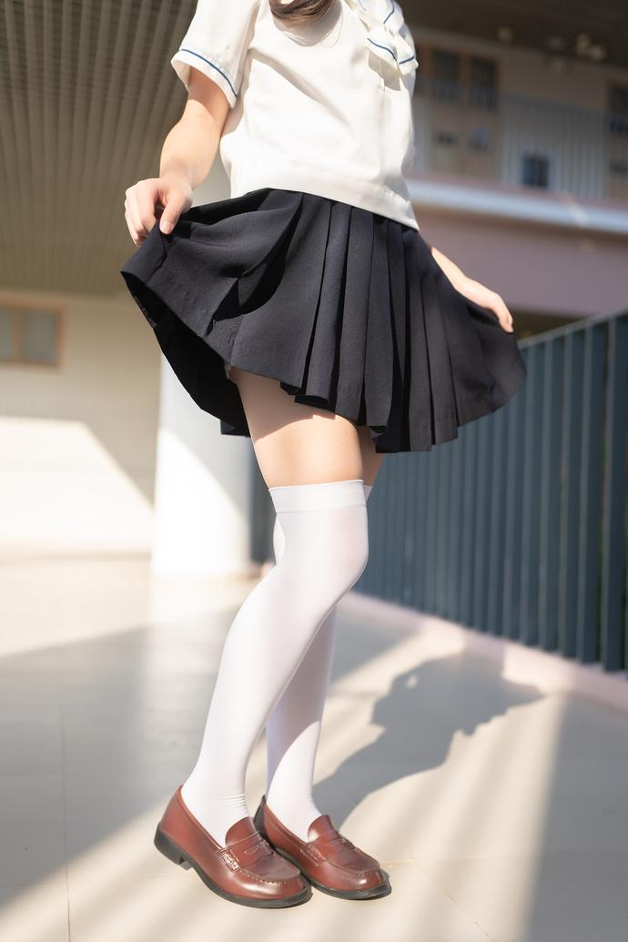 楼梯间可爱的白丝少女 清纯丝袜
