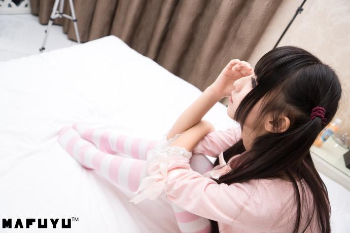 粉白条纹少女写真 清纯丝袜
