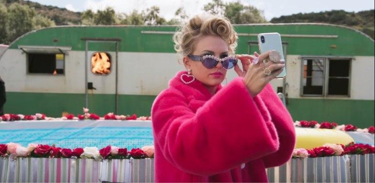 泰勒斯威夫特的自传式电影《美利坚小姐》豆瓣评分8.7影评:一个传奇性的女人!-四斋社