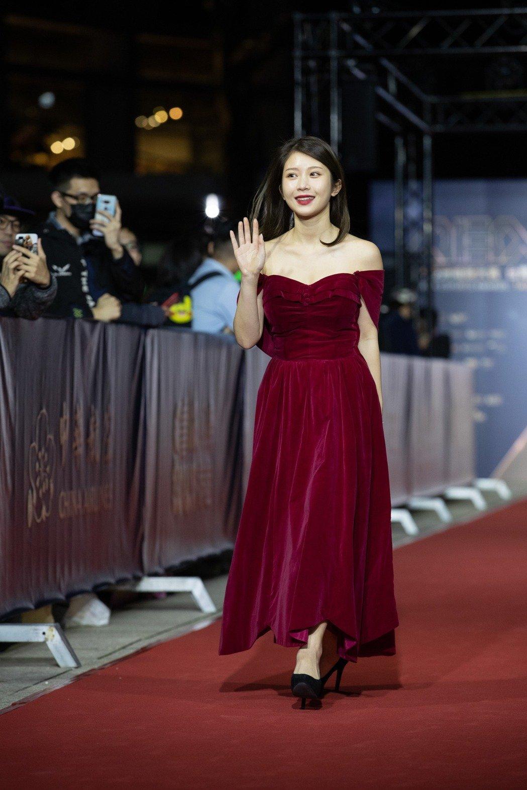 台湾网红鸡排妹郑家纯获得成为《学姐受不了》主持人的机会!开始每日打拼!