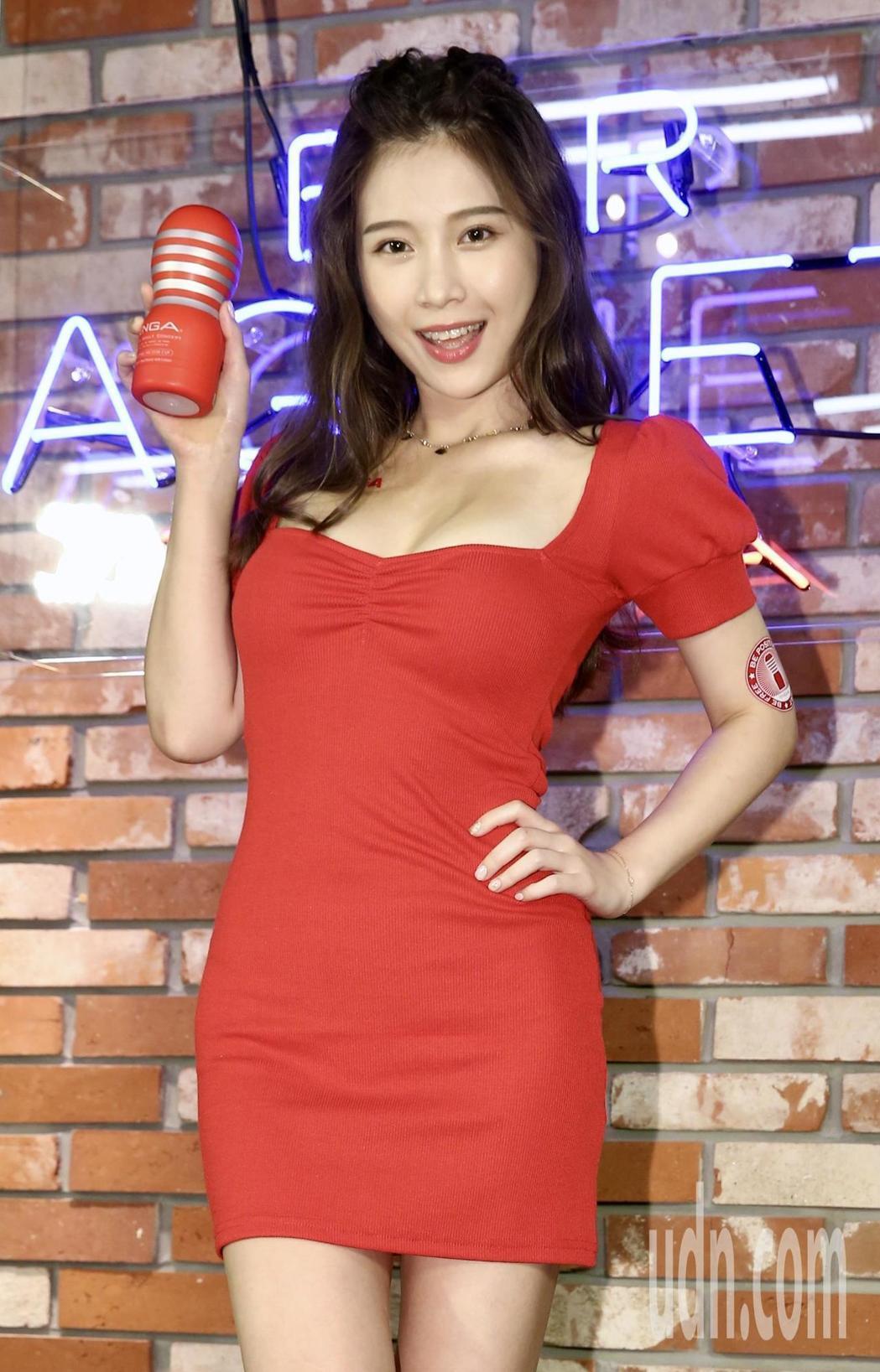 台湾网红鸡排妹主持节目《找鸡排妹来住一晚》爆红!鸡排妹为情趣用品站台!-四斋社