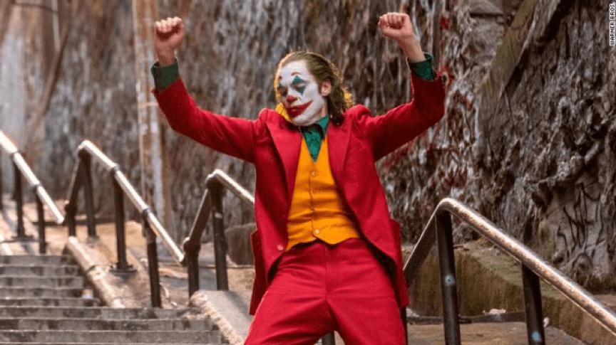 一黑到底的黑色英雄电影:《小丑》的成功或许给了漫威电影和DC电影一些方法!