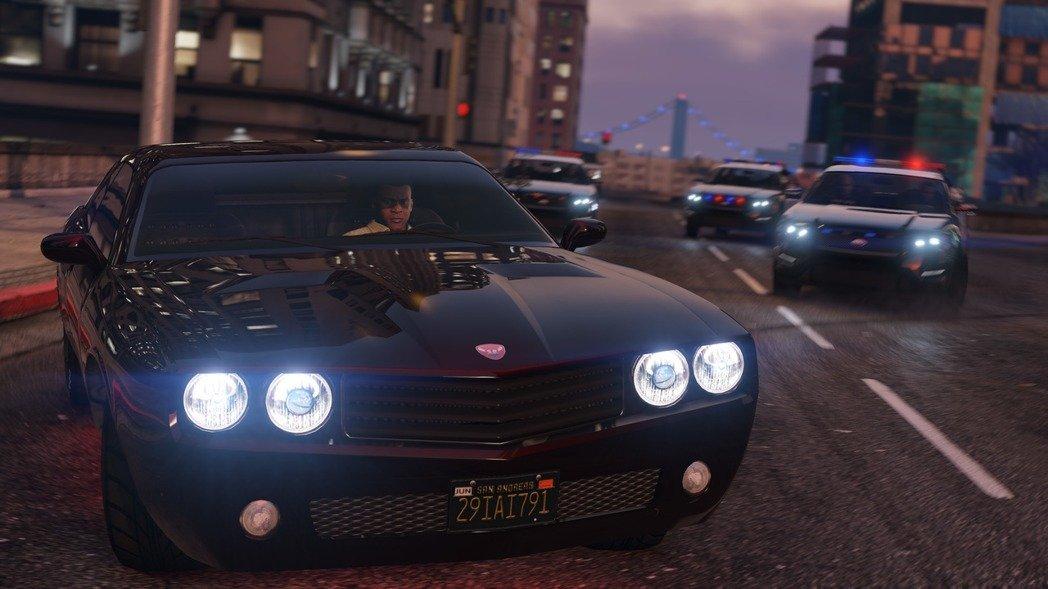 国外一男童超喜欢玩《GTA5》!驾驶真车上路之后被英国交警查!