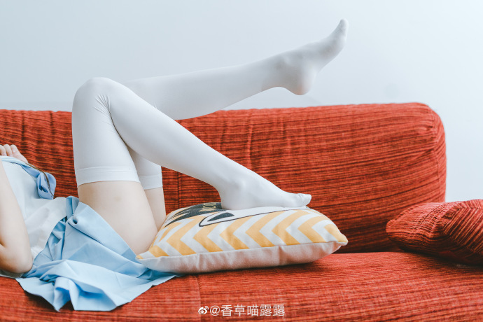 微博妹子图每日推荐@香草喵露露:D级双马尾小喵喵,看完顶不住喔!
