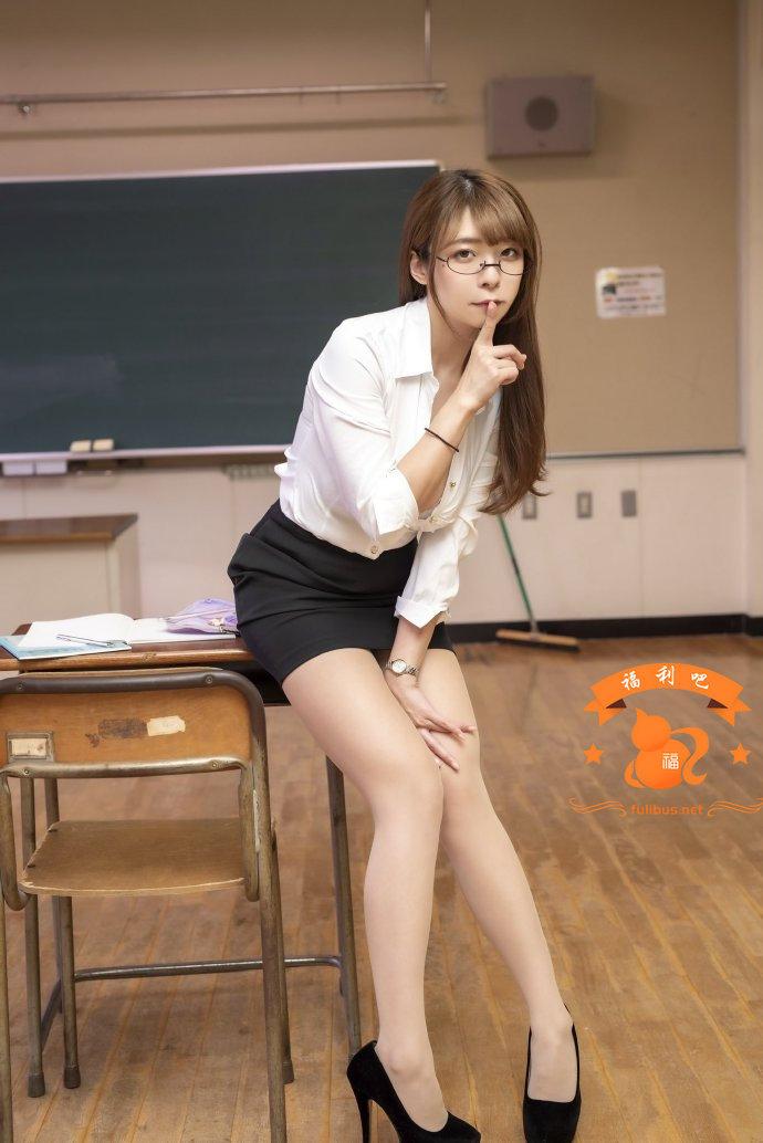 """日本写真摄影组""""Melty摄影会""""在拍摄女教师写真时留下函数题目!引发网友解题潮!"""