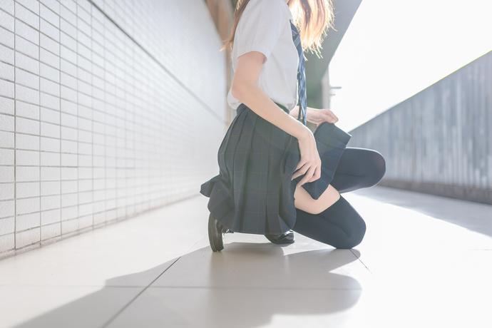 【足控绅士】过膝袜 JK 制服小姐姐展现漂亮大长腿 腿控领域