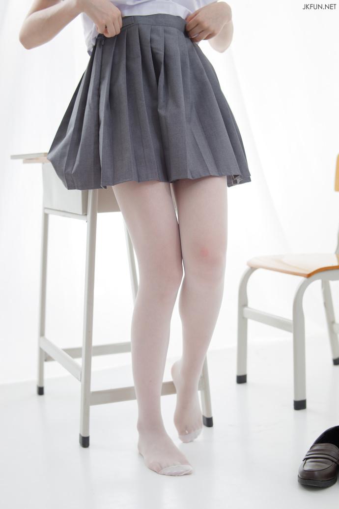 0072a3iLgy1gd5bobwm0vj30j60srdje - 【白丝】穿上JK制服后的美腿少女