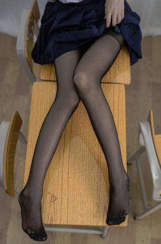 【四斋社妹子图】微博知名动漫COS妹子博主@香草喵露露 教室里的黑色丝袜