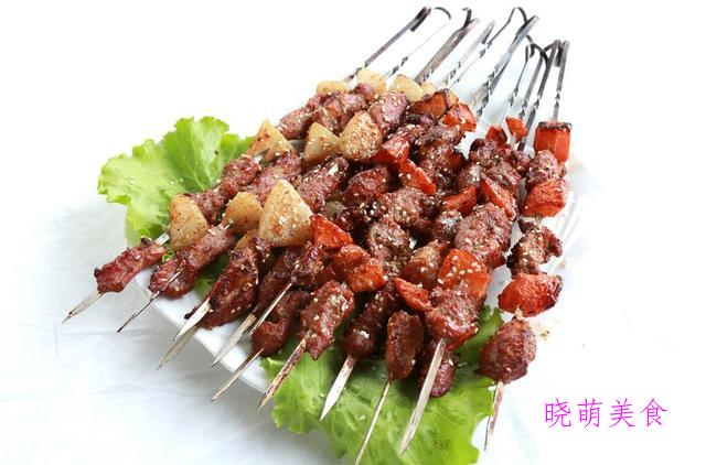孜然鸡翅中、烤肉串、烤生蚝、秘制叉烧包的家常做法