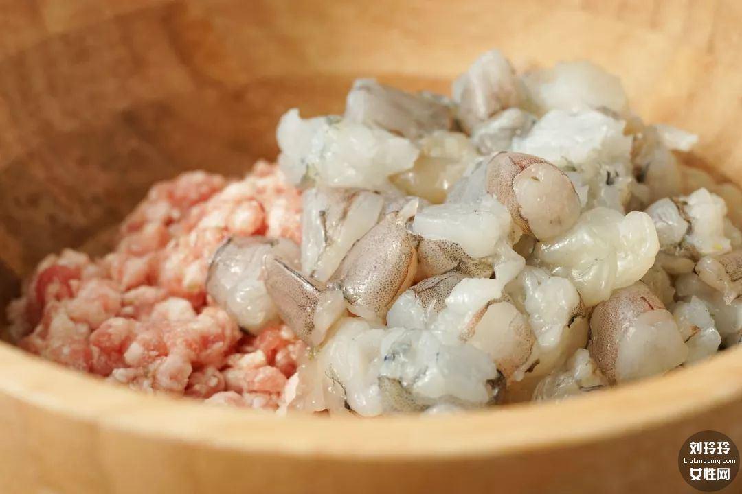 家常虾仁饺子的做法 虾仁饺子馅的做法4