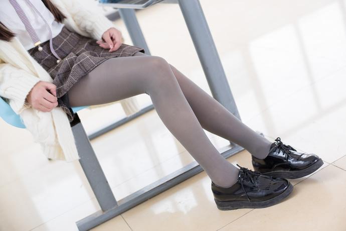 黑丝小萝莉在教室里 清纯丝袜