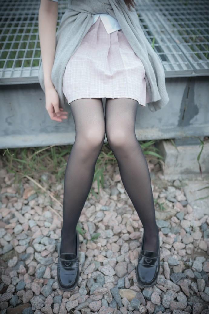 铁轨上的黑丝小萝莉 清纯丝袜