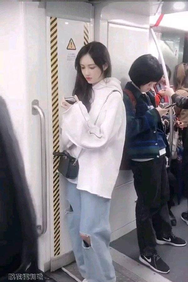 地铁上的清纯美女