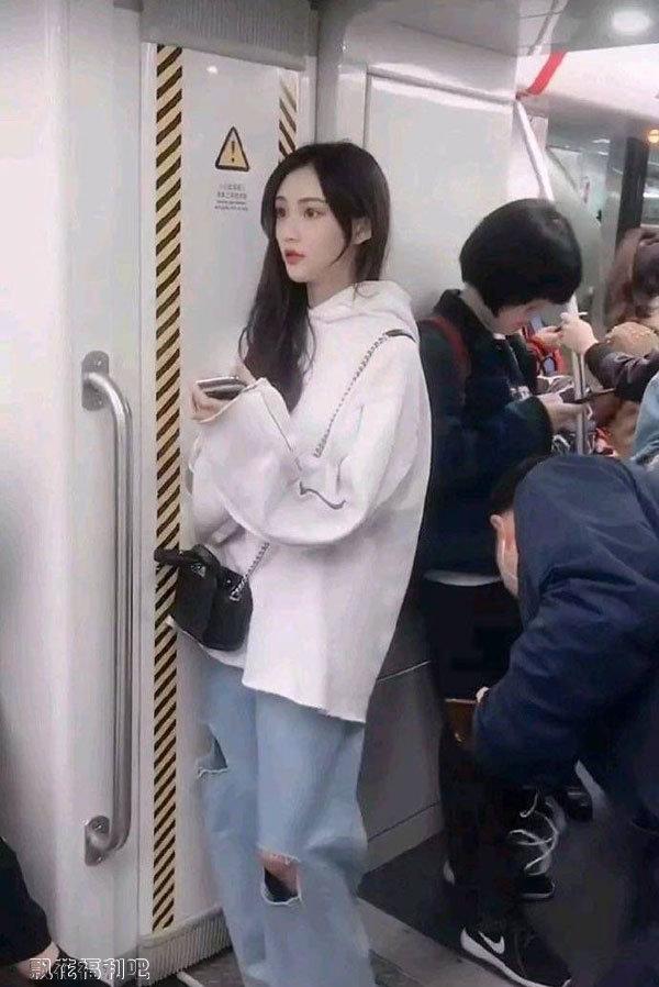地铁上的清纯美女1