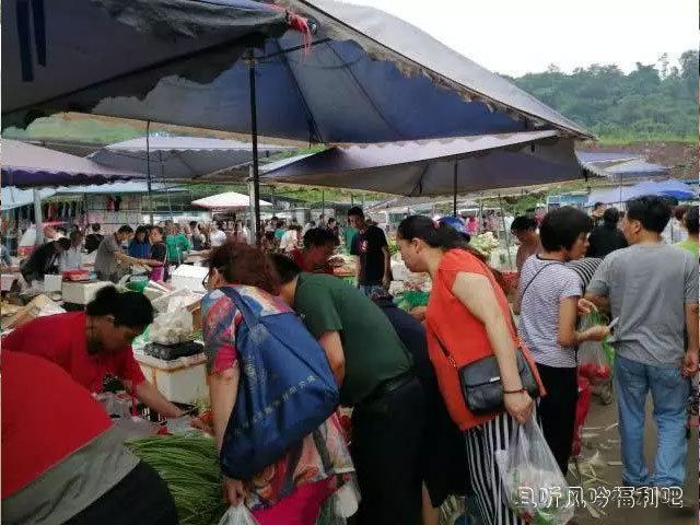 重庆渝北礼嘉赶场:简陋的场地和高大上的城建3