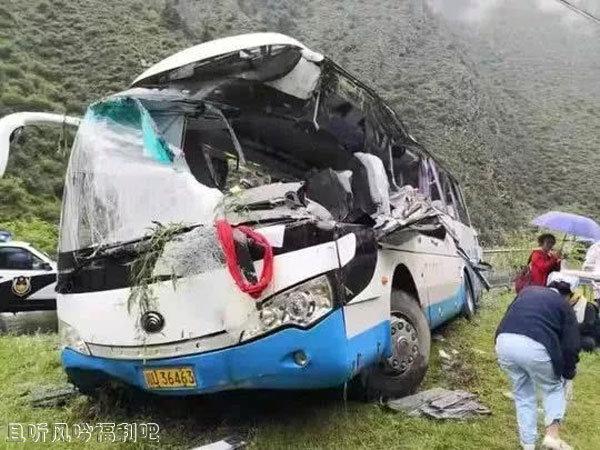 四川阿坝一旅游大巴被飞石砸中 事故造成8死16伤