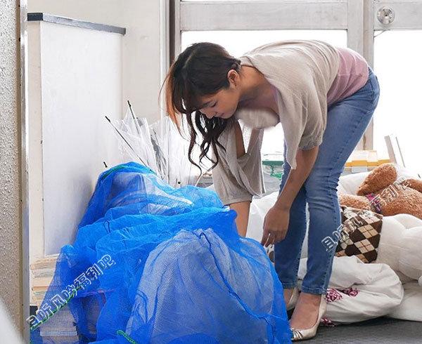 美作彩凪扔垃圾时在门口碰到帅气的邻居