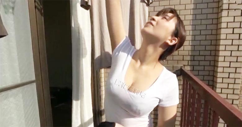 美女家政穿着白色低胸t恤将衣服撑得胀胀的