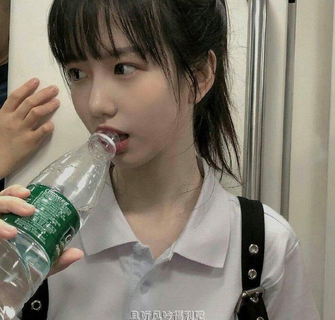 她喝水的样子都这么美 感觉恋爱了