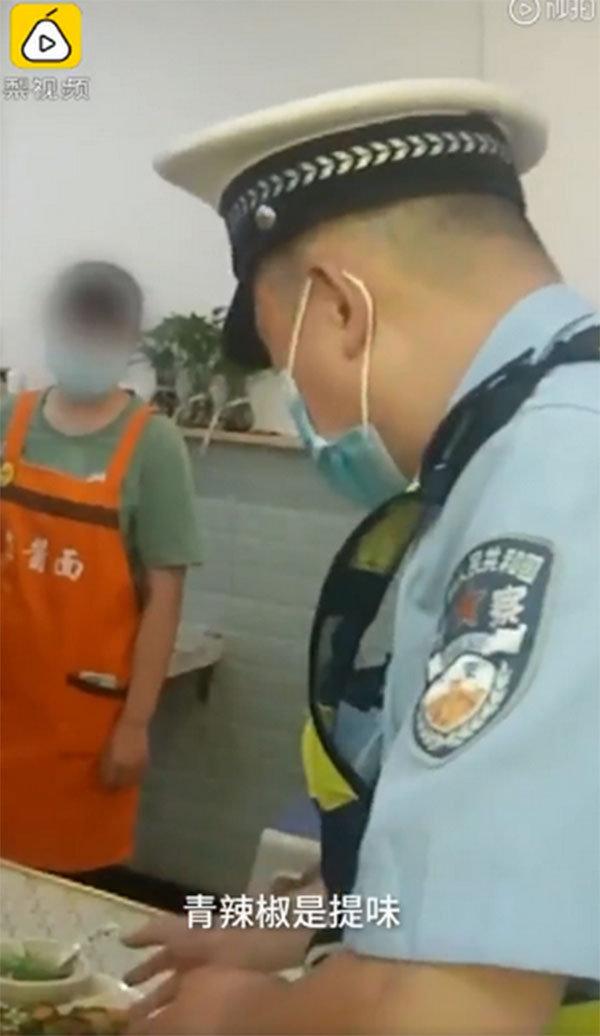 女子在重庆回锅肉里吃到青椒报警