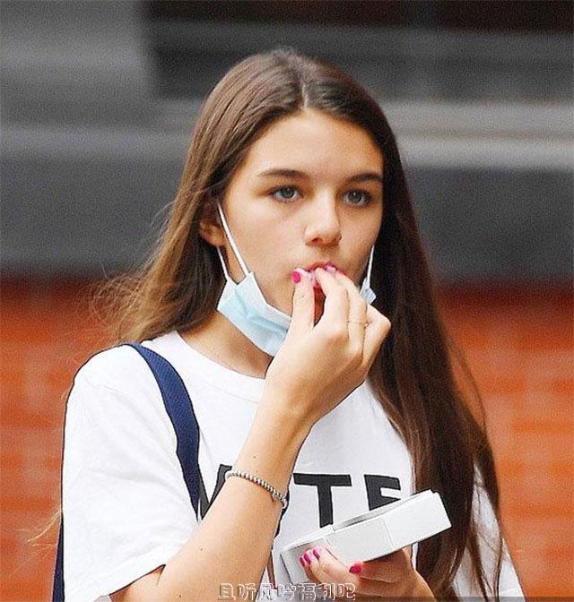 汤姆·克鲁斯女儿独自外出 当街吃高颜甜点太可爱
