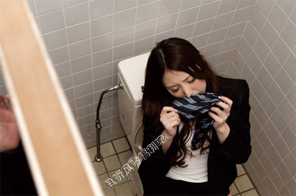 厕所里的美女