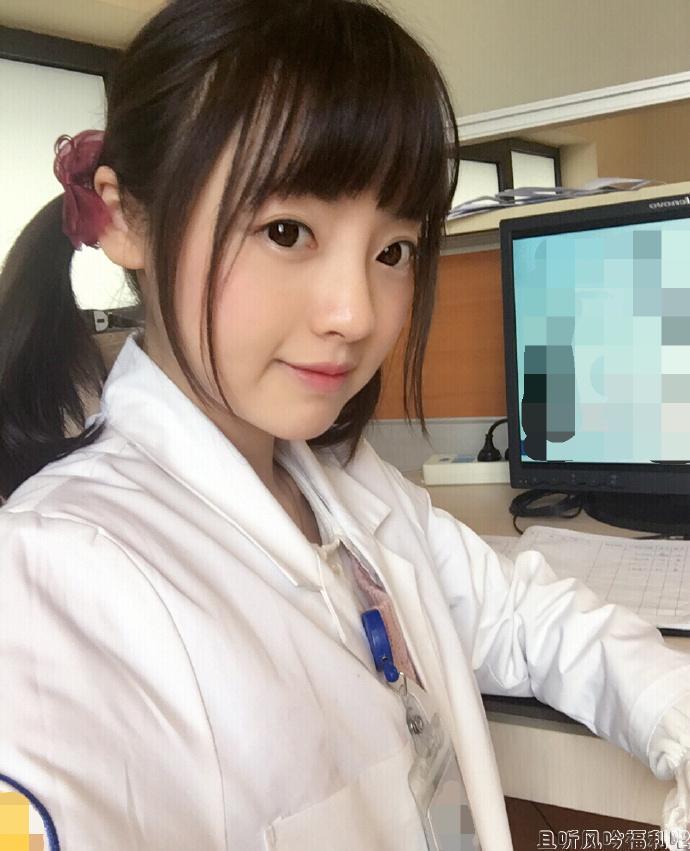 二次元双马尾萝莉美少女医生为我做心电图