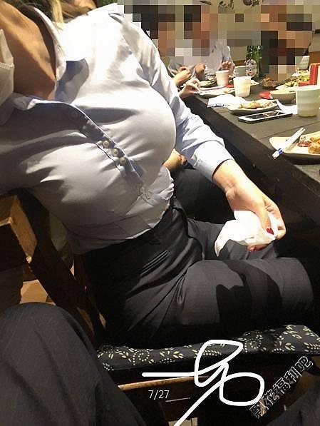 穿衬衫的大胸美女聚餐期间引人瞩目