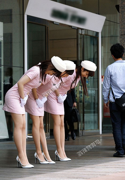 穿包臀裙高跟鞋有着修长美腿的三姐妹