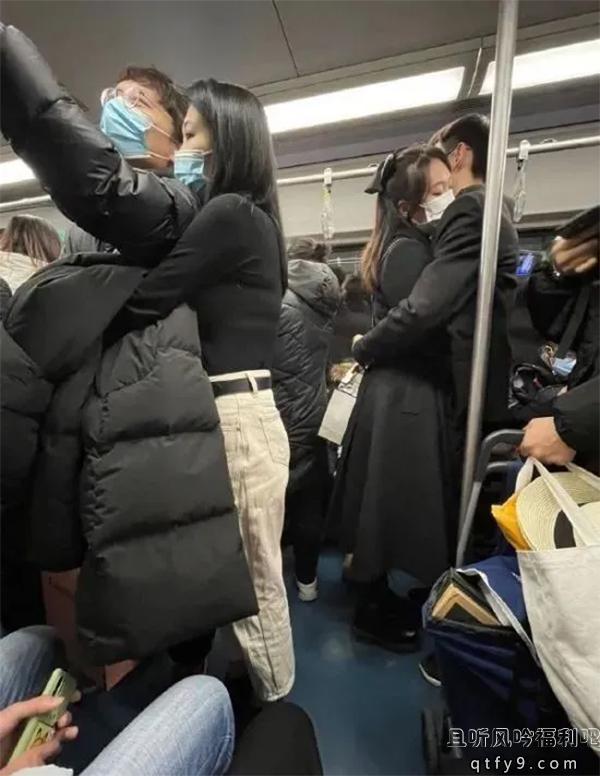 搞笑囧图 地铁男女拥抱