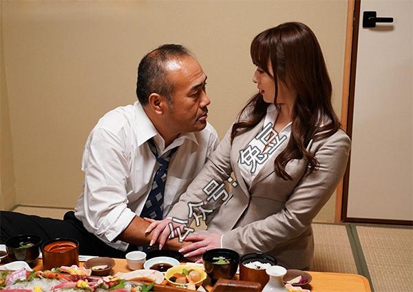 白石茉莉奈陪客户吃饭