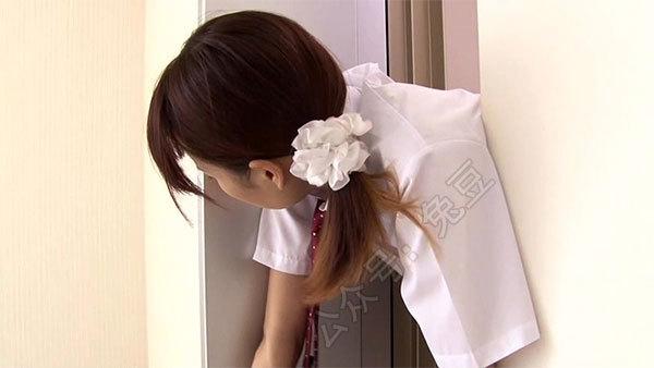 被电梯门夹住的美女艰难的往外面爬