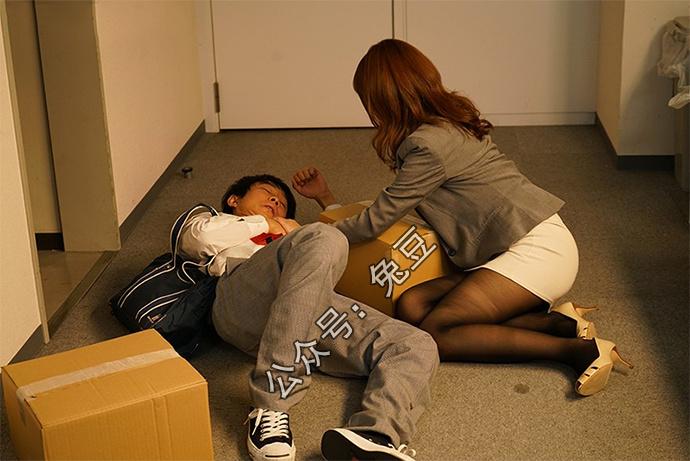 希岛爱理(希岛あいり)在家门口遇到晕倒的快递员