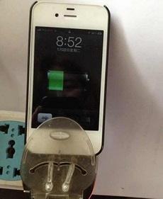 你好大的官威啊,竟敢拿前朝的充电器充本朝的手机