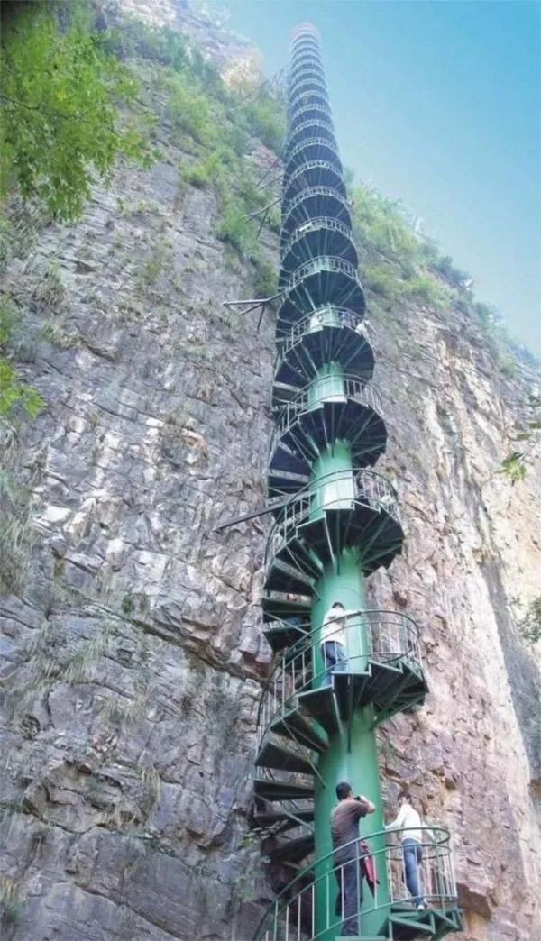 这是很适合拍动作戏的阶梯
