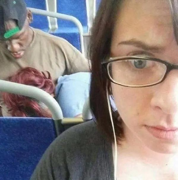 公交车上一男一女竟然做出这种伤风败俗的事情