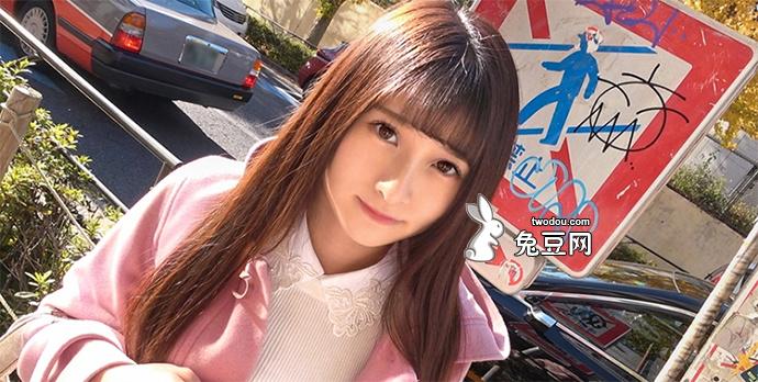 阳光照射在20岁女孩青春靓丽的脸上
