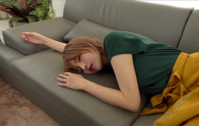 广濑里绪菜(広瀬りおな)躺在沙发上睡着了
