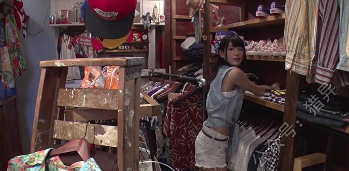 白咲碧在店里卖衣服
