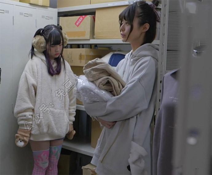 安部未华子和月乃露娜在仓库玩手机被领导发现