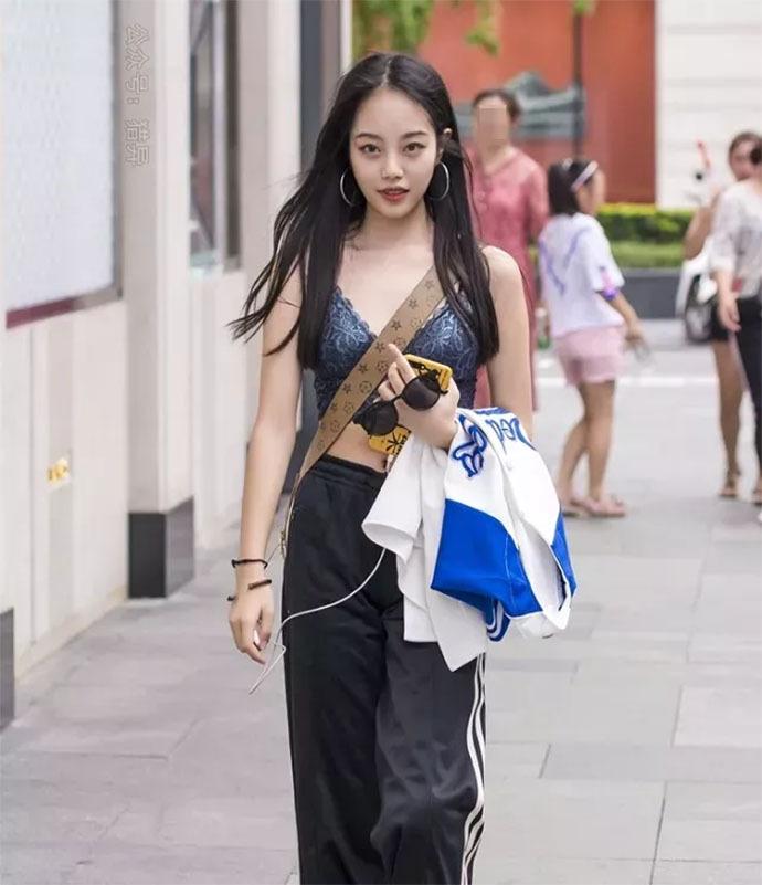 敢穿这种蕾丝衣出来逛街的妹子,肯定是位女汉子