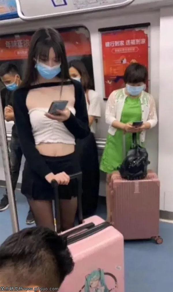 地铁上美女衣服穿反了