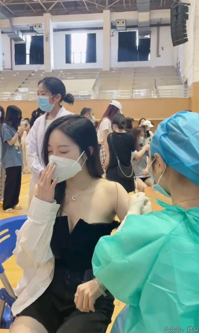 美女穿一字肩打疫苗