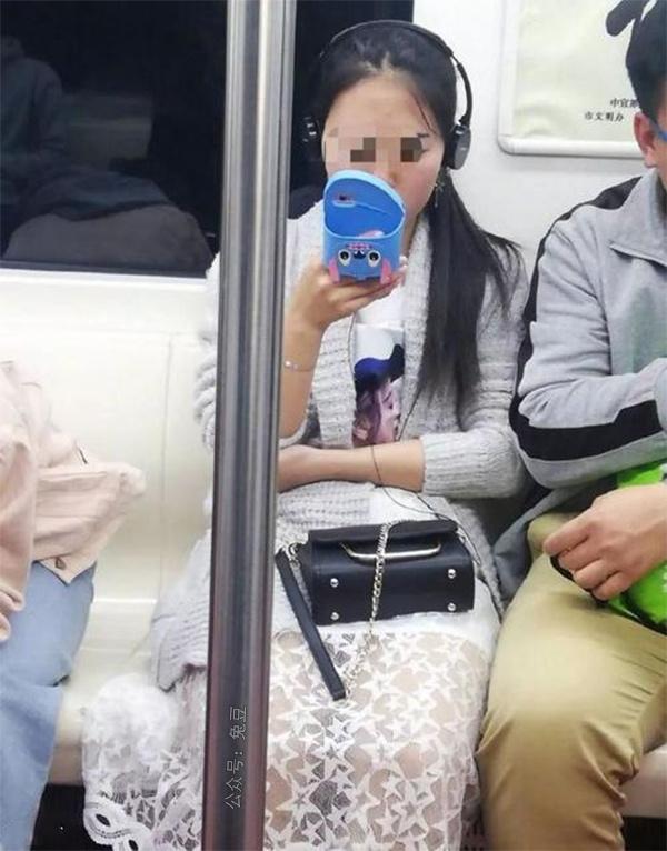 这什么牌子的拖鞋?妹子在地铁上一路都在看