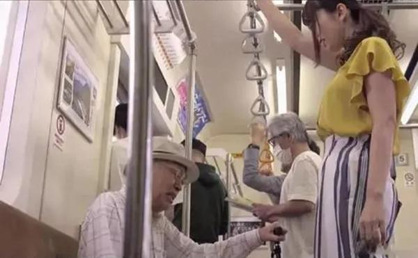 波多结衣在地铁上笑起来像花一样好看